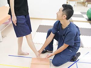 竹﨑鍼灸整骨院のバランスアップインソール施術風景